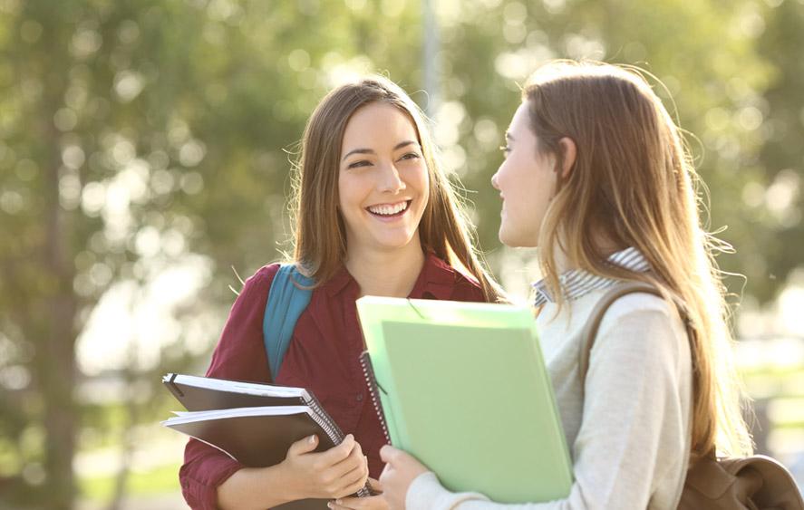 تصویر دو دختر دانشجو